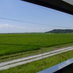非冷房のキハ48窓から吹く夏風と東北の田園風景