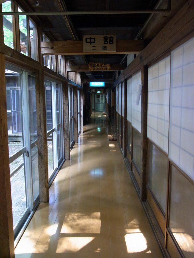 大沢温泉自炊部障子で仕切られた客室と廊下