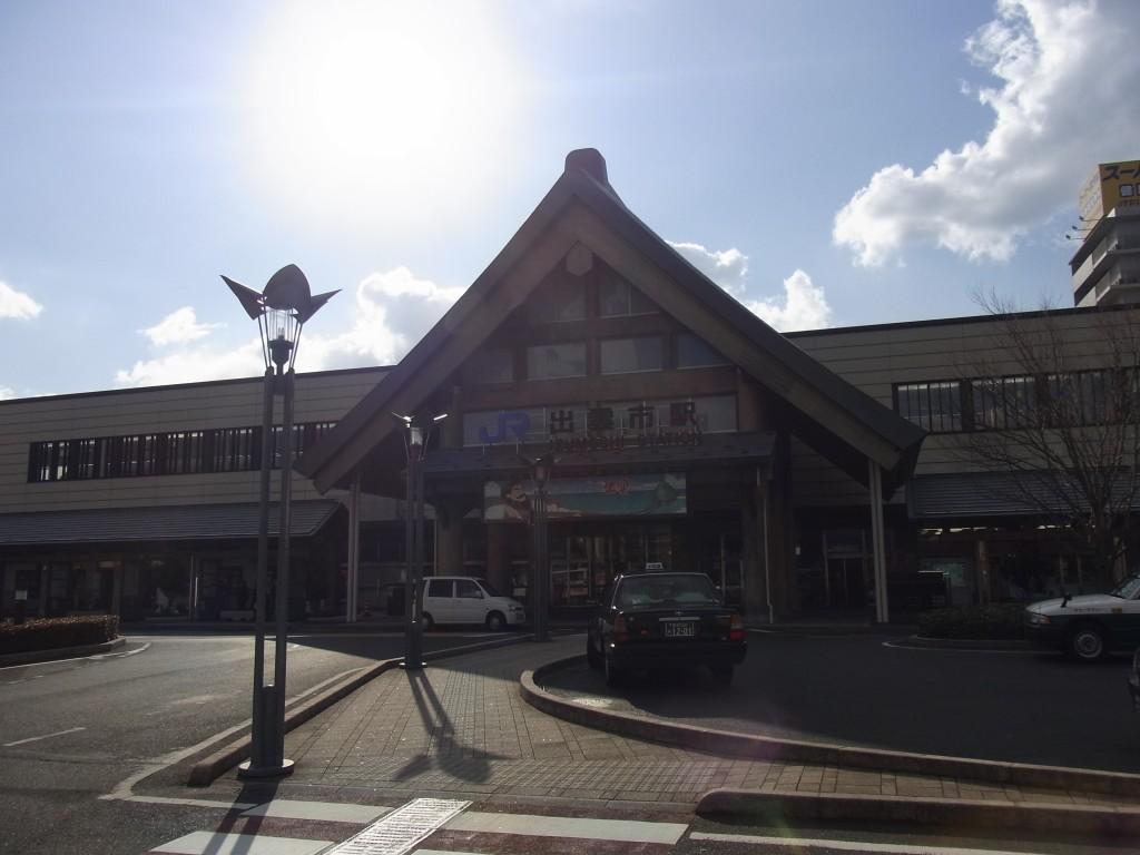 朝日に輝く出雲市駅