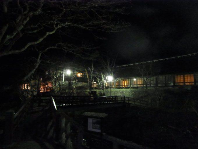 岩手花巻南温泉峡大沢温泉曲り橋から眺める夜の菊水館