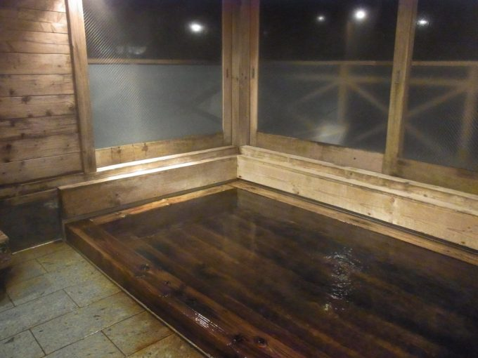 窓がはめられた夜の大沢温泉菊水館南部の湯