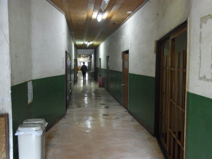 唯一無二独特の雰囲気に包まれた鉛温泉藤三旅館自炊部廊下