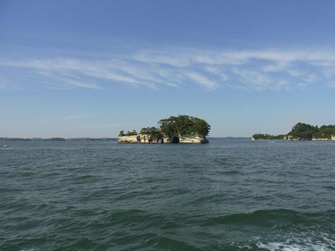 青空と奇岩の松島湾