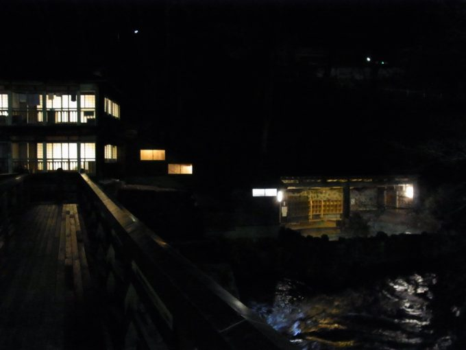 岩手花巻南温泉峡大沢温泉曲り橋から眺める夜の大沢の湯と自炊部