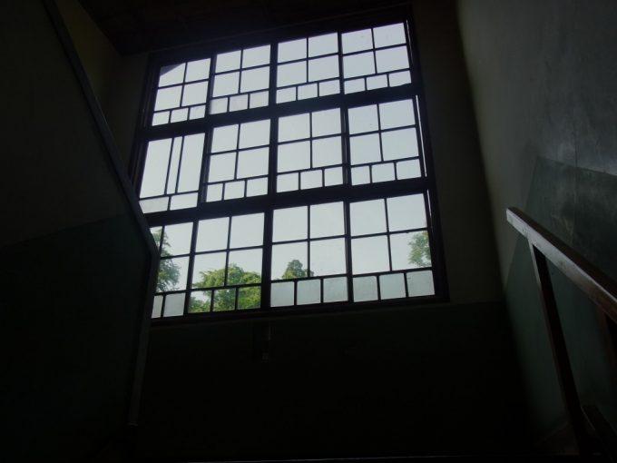 鉛温泉藤三旅館自炊部階段と古いガラス窓