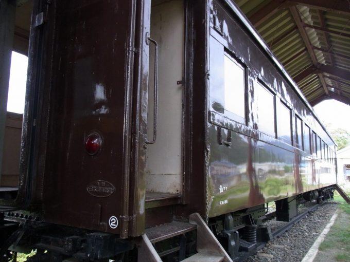 国鉄標準色ぶどう色が艶めく日中線記念館旧熱塩駅旧客