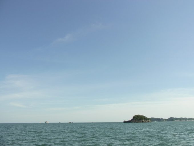 松島湾抜けるような青空と青い海