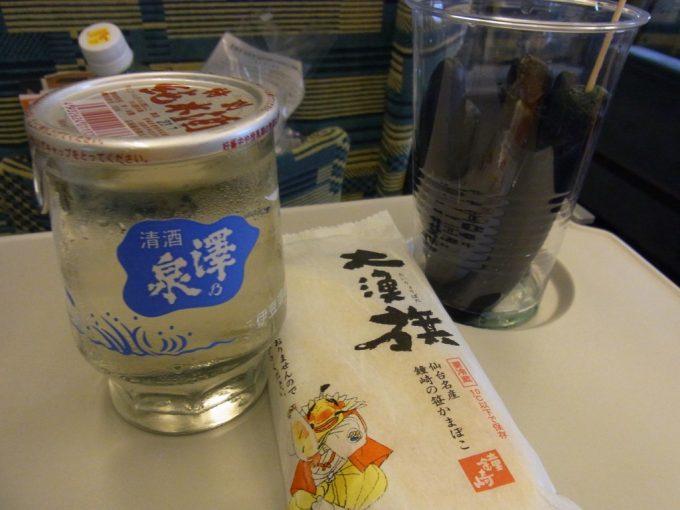 東北新幹線やまびこグリーン車内で澤乃泉ワンカップと笹かま、仙台長なす漬け