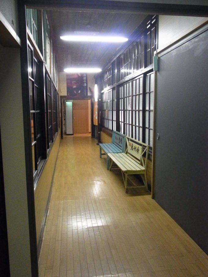 花巻南温泉峡鉛温泉藤三旅館渋い廊下と木のベンチ