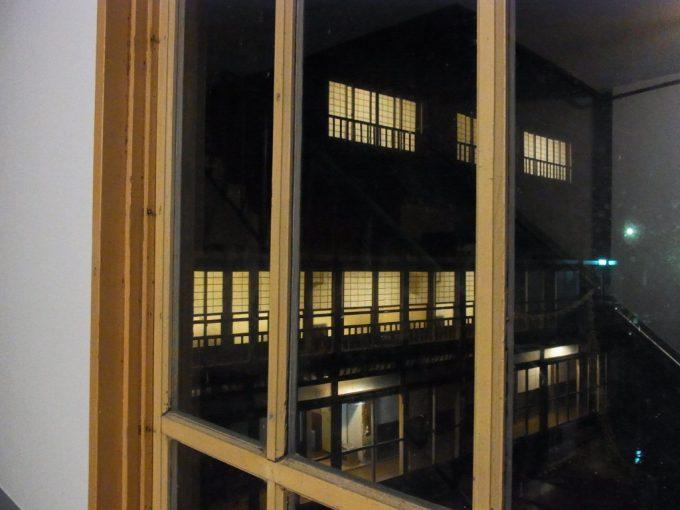 大沢温泉自炊部木のサッシ越しに眺める夜の灯り