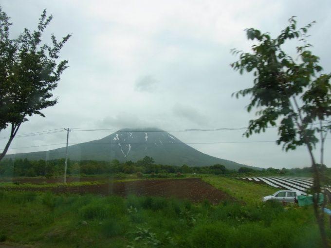 弘南バス車窓より望む雄大な津軽富士岩木山