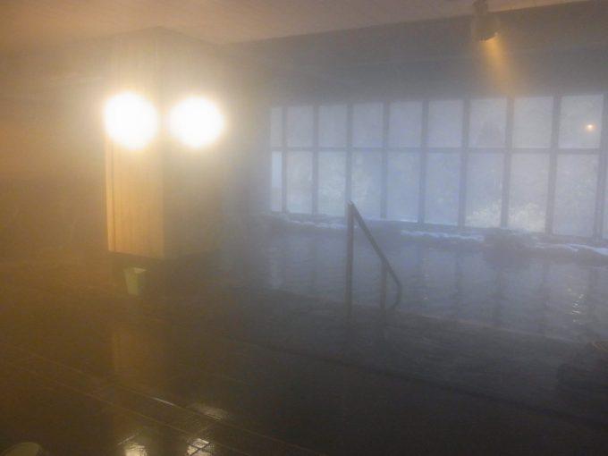 窓がはめられた大沢温泉大浴場豊沢の湯