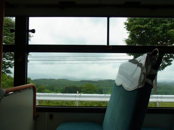弘南バスの車窓に広がる初夏の高原の風景