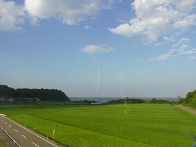 スーパーひたち車窓から眺める浜通りの田んぼと海