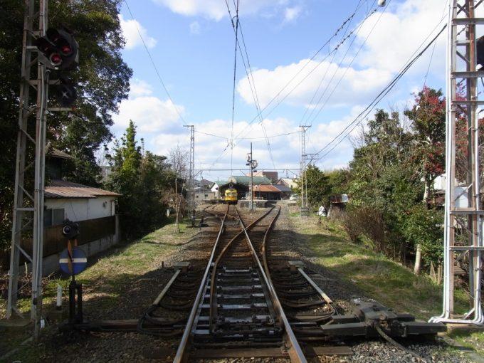 錆びたレールの先に広がるローカル線の駅