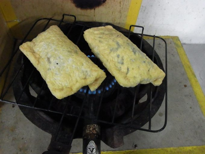 大沢温泉自炊湯治炊事場のコンロで油揚げを焼く