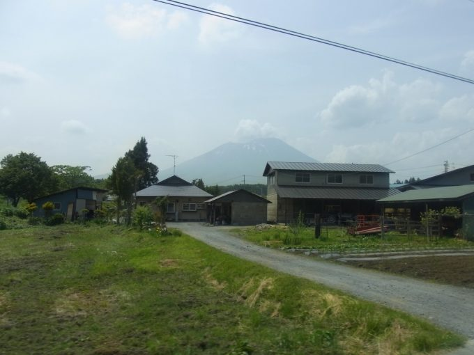 農村の先に見える岩手山