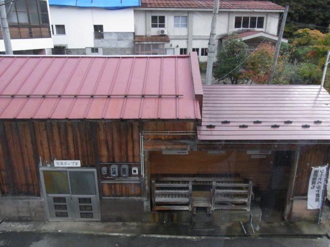会津喜多方熱塩温泉ますや旅館客室から望む源泉小屋