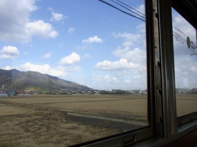 一畑電車車窓より眺める雲いずる国の白い雲と冬晴れの空