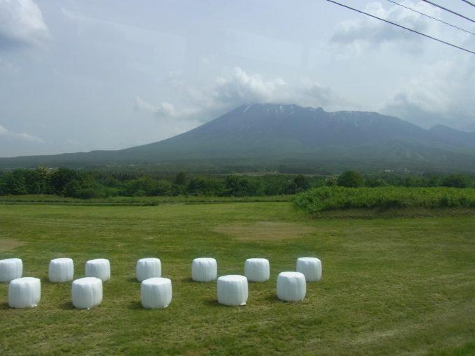 裾野を広げる雄大な南部片富士岩手山