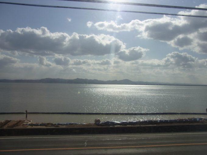 一畑電車太陽にきらめく冬の宍道湖の車窓