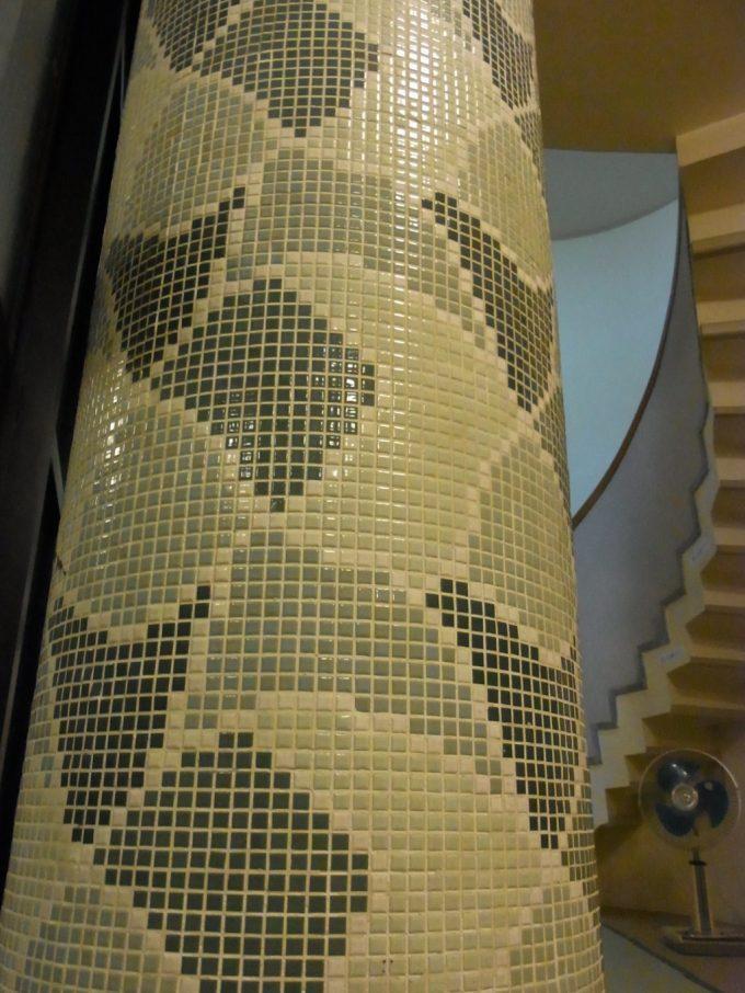 岩手花巻南温泉峡大沢温泉薬師の湯のタイル張りレトロな柱