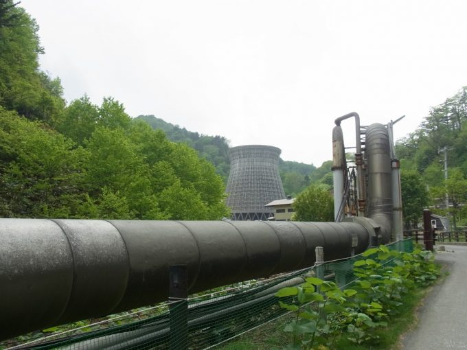巨大なパイプと冷却塔の松川地熱発電所