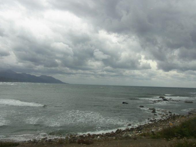 五能線初代リゾートしらかみ車窓に広がる曇天の日本海