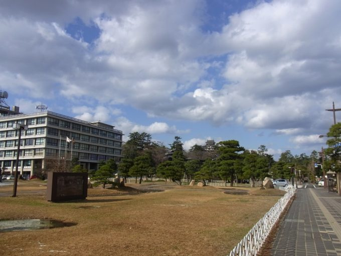 島根県庁と松江城