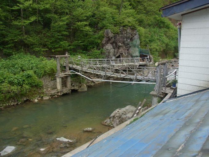 岩手八幡平松川温泉松楓荘客室から望む松川とつり橋