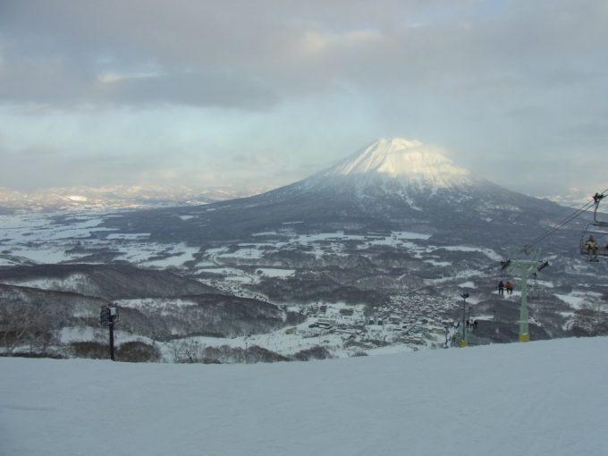 裾野を広げる雪化粧の羊蹄山