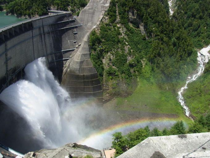 観光放流に虹がかかる黒部ダム