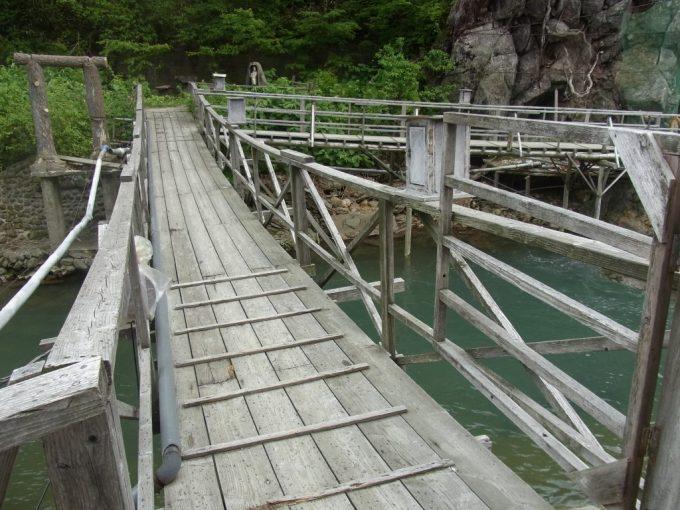 岩手八幡平松川温泉松楓荘つり橋を渡り洞窟露天風呂へ