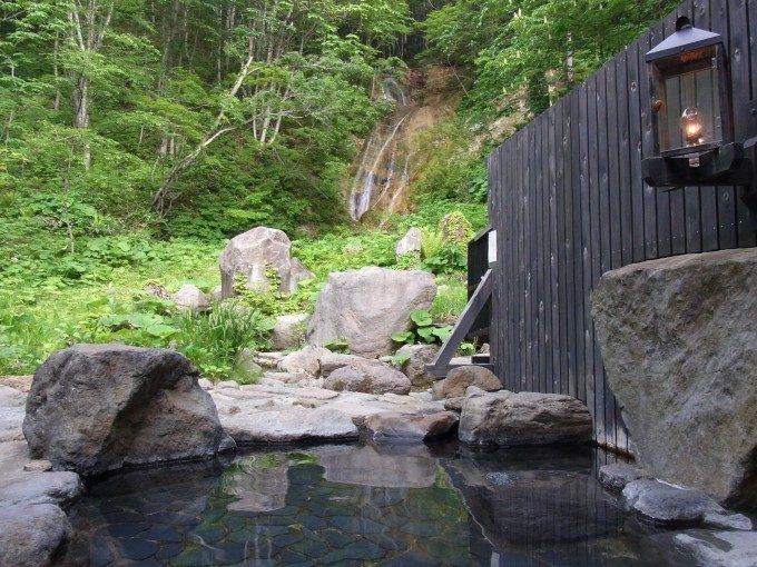 秘湯ランプの宿青荷温泉滝見の湯露天風呂から眺める滝