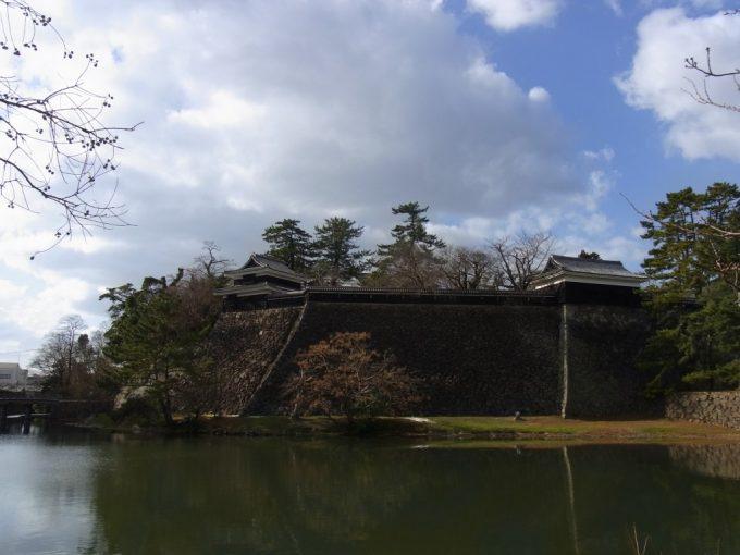 松江城直線的な石垣とお堀