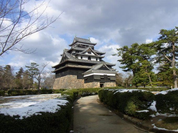 冬晴れに聳える松江城