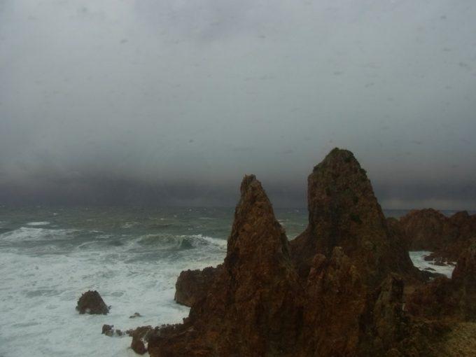 五能線初代リゾートしらかみ車窓からの奇岩と鉛色の日本海