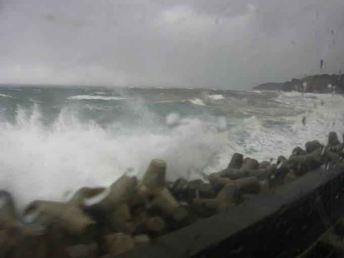 強風に荒れ狂う日本海