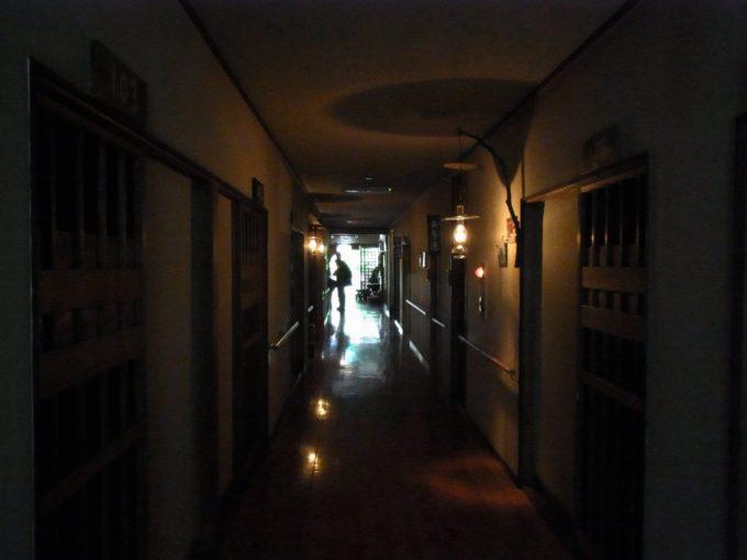 秘湯ランプの宿青荷温泉ランプの灯る本館廊下