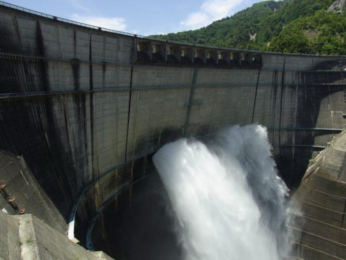 黒部ダム観光放流を間近に望む