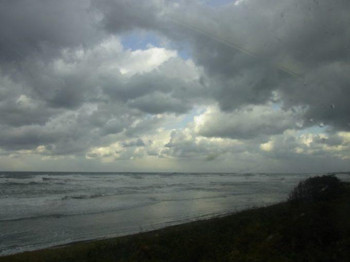 荒れる日本海雲間からの光り