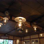 秘湯ランプの宿青荷温泉温かいランプが並ぶ大広間