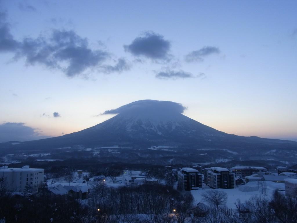 夜明けの羊蹄山にかかるかさ雲