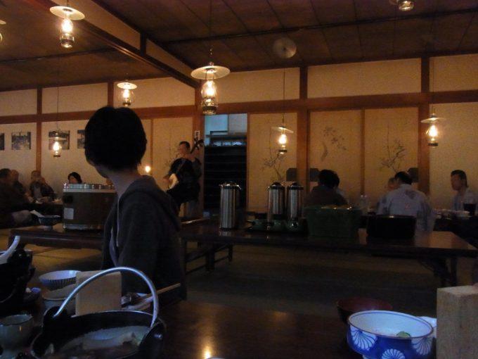 秘湯ランプの宿青荷温泉ランプの光の中聴く津軽三味線生演奏