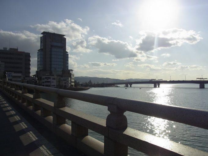 松江大橋から眺める冬の西日に輝く宍道湖