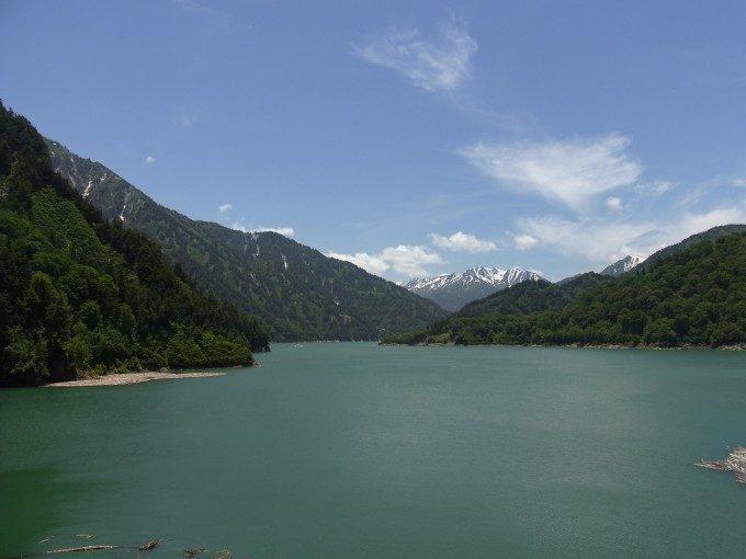 黒四ダム堤体上からの黒部湖とアルプス