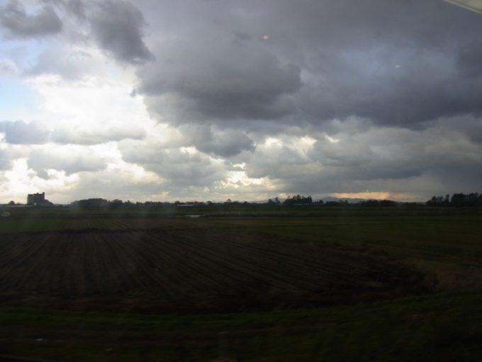 りぞーとしらかみ車内で津軽三味線を聞きながら眺める津軽平野