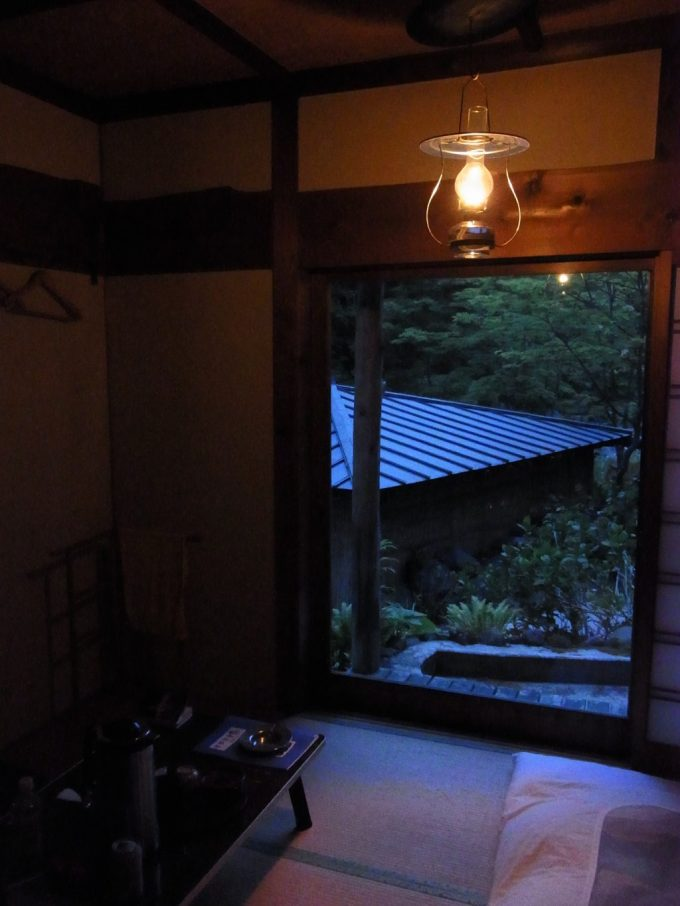 秘湯ランプの宿青荷温泉翳りゆく部屋とランプの灯り