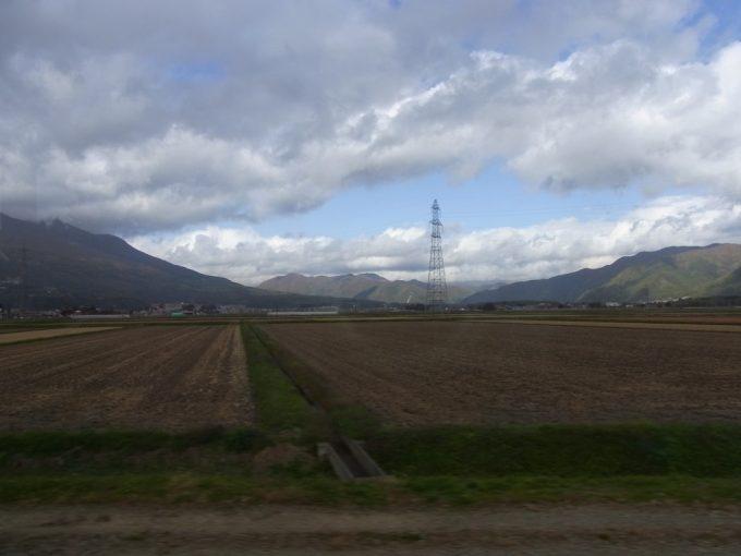 秋の磐越西線収穫後の田んぼ