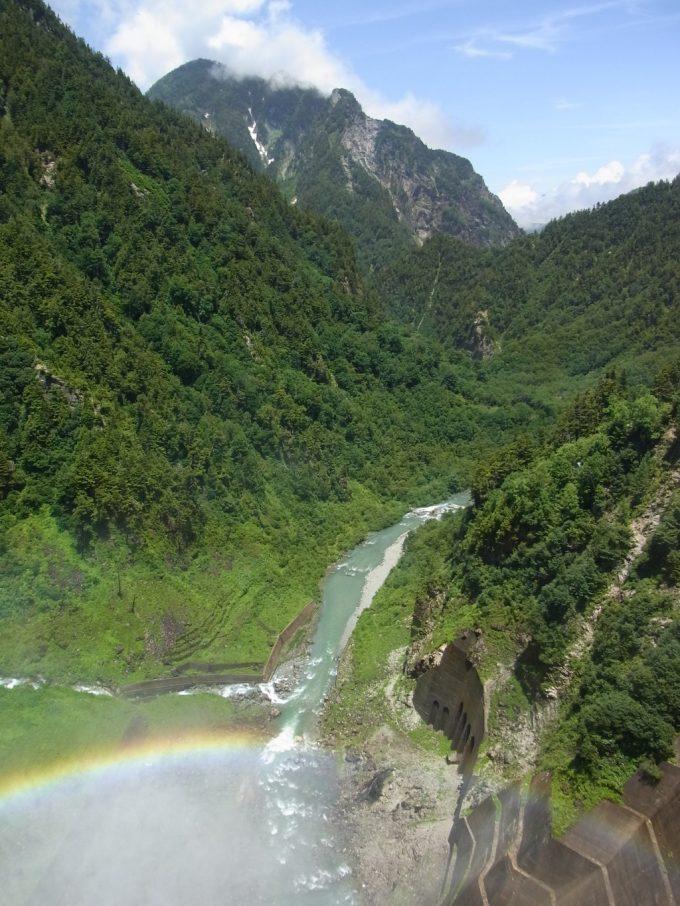 険しい黒部峡谷とダム放流が作る虹